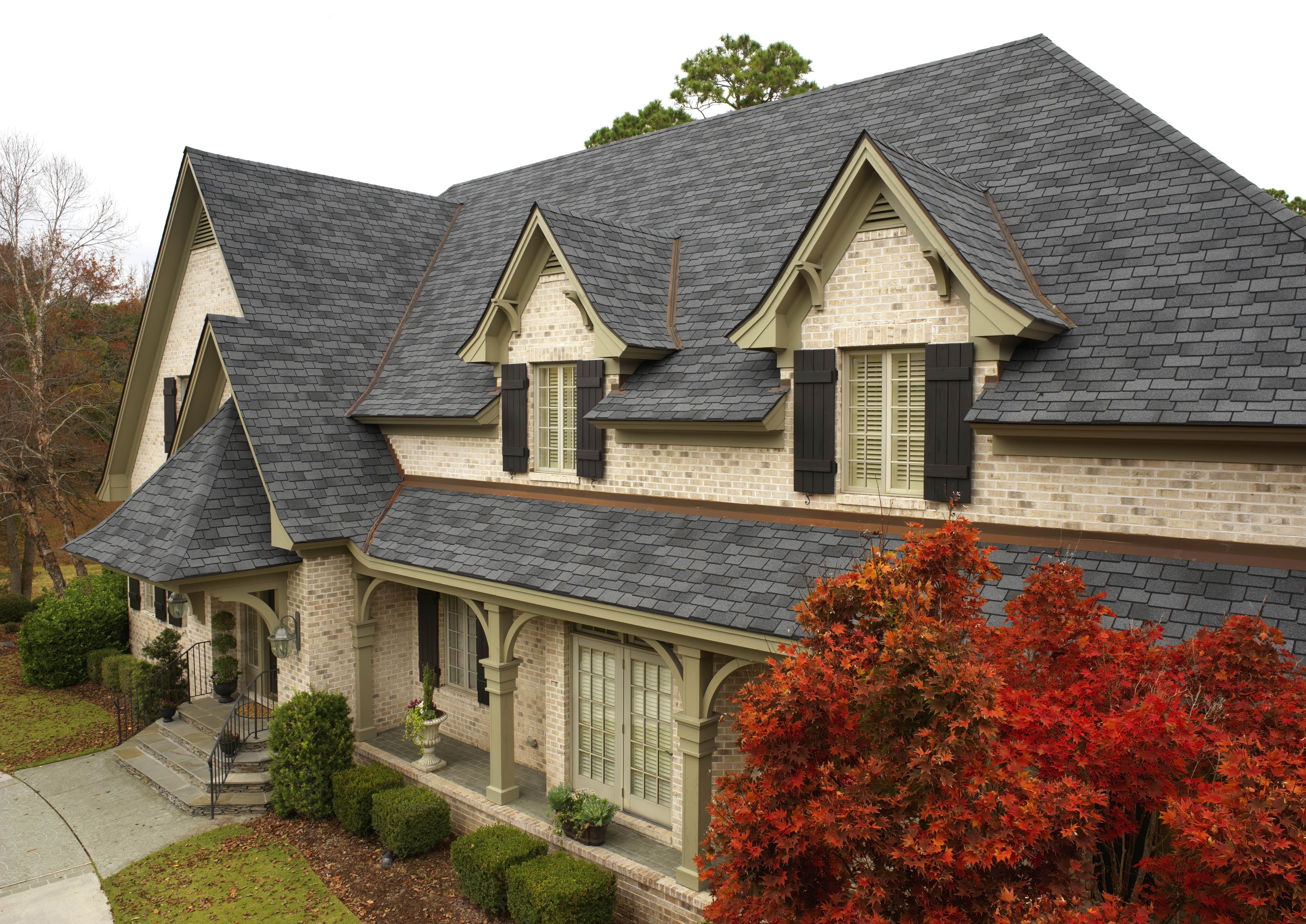 Photo of a home using GAF's Woodland Castelwood Gray shingles